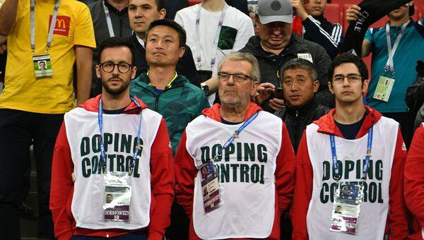 Сотрудники службы допинг-контроля во время матча 1/2 финала Кубка конфедераций-2017 по футболу между сборными Португалии и Чили.