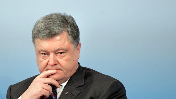 """Порошенко ушел от националистов, встретивших его с криками """"позор"""""""