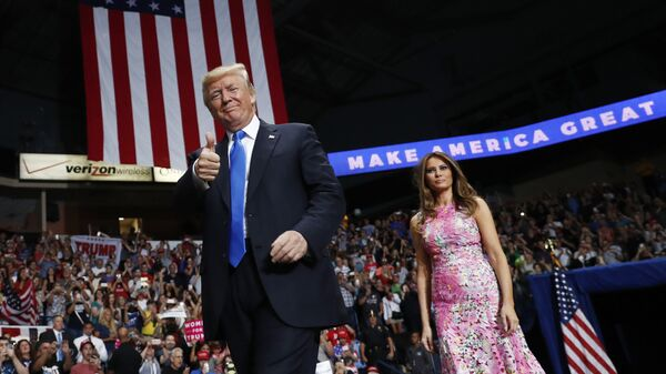 Президент США Дональд Трамп и первая леди Меланья Трамп в городе Янгстаун, Огайо. 25 июля 2017