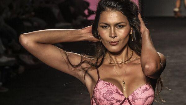 Модель во время показа в рамках Недели моды Colombiamoda в Медельине