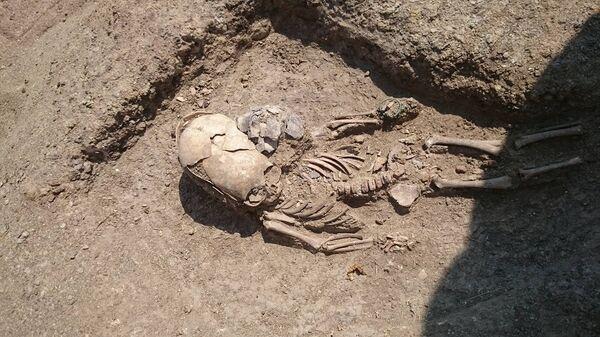 Найденное при раскопках некрополя Кыз-Аул захоронение младенца с деформированным черепом II века н.э.