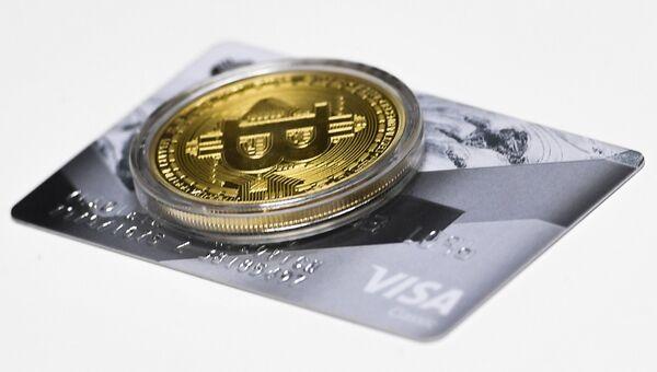 Сувенирная монета криптовалюты биткоин. Архивное фото