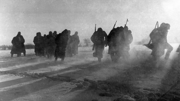 Солдаты разбитой гитлеровской воинской части, окруженные под Москвой, сдаются в плен. 1941 год
