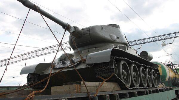 Танк Т-34-85 на российско-казахстанской границе в железнодорожном пункте пропуска Карталы