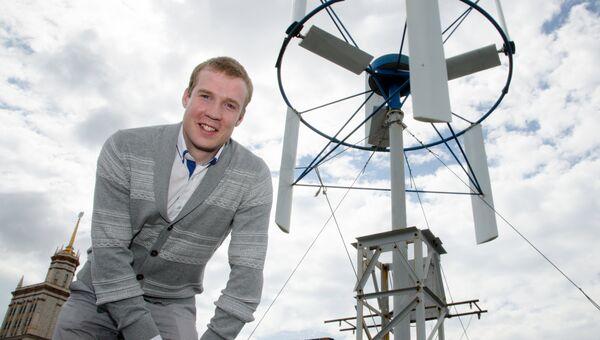 Аспирант ЮУрГУ Евгений Сироткин на фоне ветрогенератора