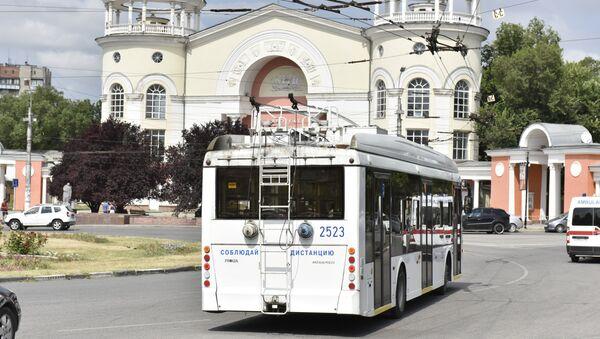 Троллейбус на улице Симферополя во время отключения электроэнергии