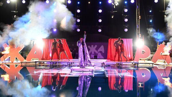 Певица Ирина Дубцова выступает на международном музыкальном фестивале ЖАРА в Баку. 28 июля 2017