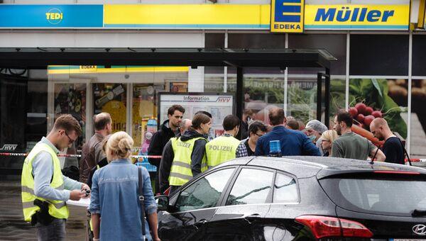 Полицейские возле супермаркета в Гамбурге, где мигрант напал с ножом. 28 июля 2017
