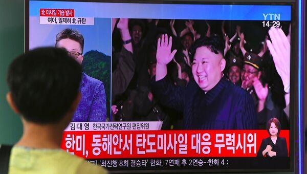 Трансляция новостей про лидера КНДР Ким Чен Ына, который рад успешным испытаниям баллистической ракеты КНДР в Сеуле. Архивное фото
