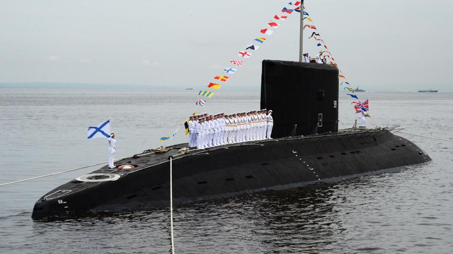 Дизельная подводная лодка класса Варшавянка во время парада кораблей, посвященного Дню Военно-морского флота России, во Владивостоке. 30 июля 2017