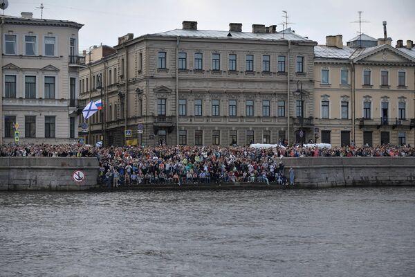 Жители и гости Санкт-Петербурга во время главного военно-морского парада в честь Дня Военно-морского флота России. 30 июля 2017