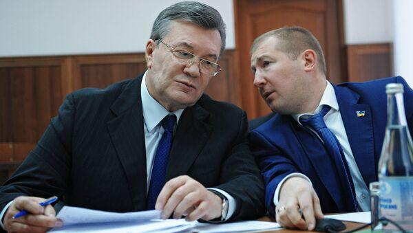 Бывший президент Украины Виктор Янукович и адвокат Виталий Сердюк во время допроса в режиме видеосвязи в Ростовском областном суде