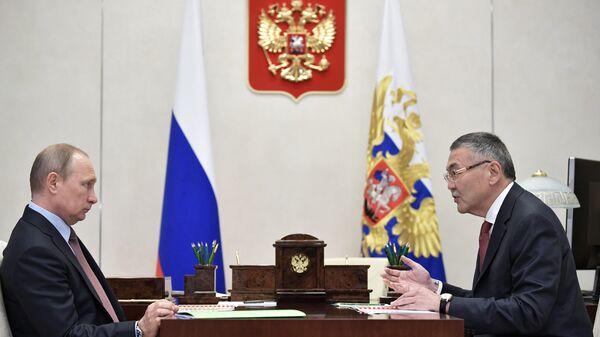 Президент РФ Владимир Путин и глава Калмыкии Алексей Орлов. 31 июля 2017