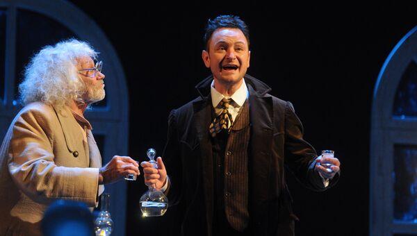 Актеры Александр Леньков  и Алексей Гришин в сцене из спектакля Три сестры в театре имени Моссовета. Архивное фото