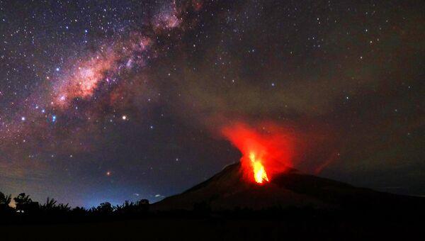 Извержение вулкана Синабунг в Индонезии. 30 июля 2017