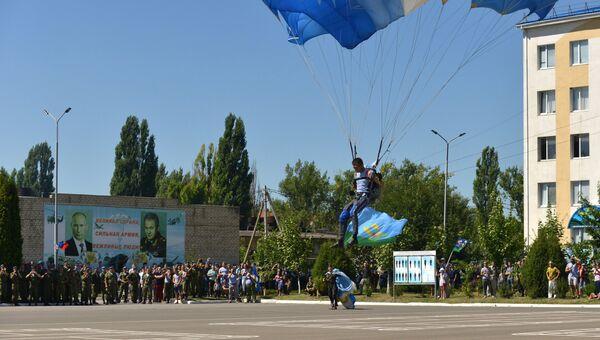 Десантник приземляется на парашюте во время праздника дня ВДВ в Ставропольском крае