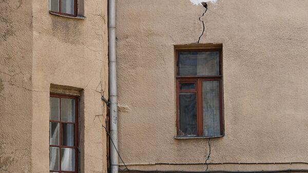 Трещина в стене четырехэтажного жилого дома в Москве, включенного в программу реновации