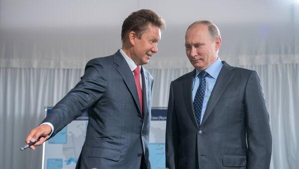 Председатель правления ПАО Газпром Алексей Миллер и президент РФ Владимир Путин осматривают макет магистрального газопровода Сила Сибири во время посещения строительной площадки Амурского ГПЗ. 3 августа 2017