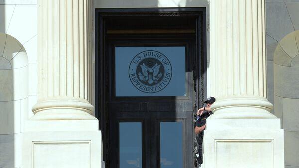 Табличка на здании палаты представителей США в Вашингтоне