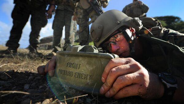 Морские пехотинцы армии США с миной Claymore во время тренировки