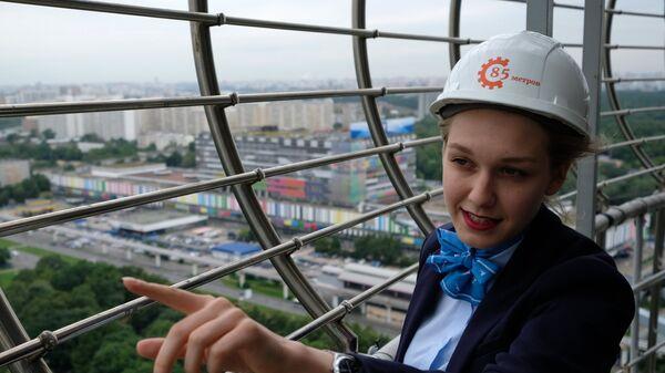 Девушка на открытой смотровой площадке на Останкинской телебашне