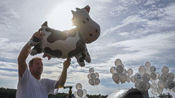 Посетитель на фестивале фермеров – сыроваров в Московской области