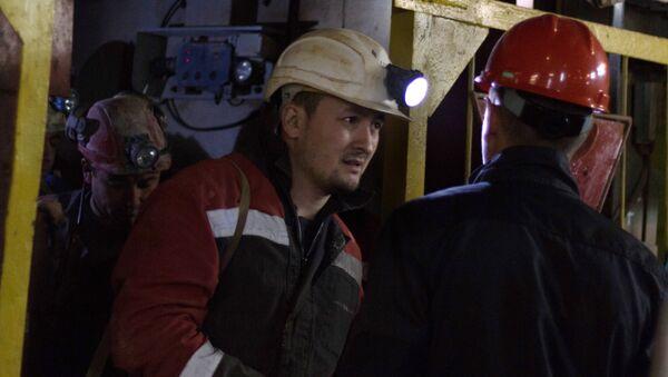Горнорабочие рудника Мир, поднятые с помощью подъемника на поверхность. 4 августа 2017. Архивное фото