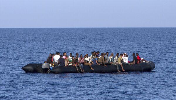 Мигранты ждут спасения итальянской береговой охраны. Архивное фото