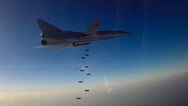 Дальний бомбардировщик ВКС РФ Ту-22М3 во время нанесения бомбовых авиаударов по объектам ИГ в провинциях Алеппо, Дейр-эз-Зор и Идлиб в Сирии. Архивное фото