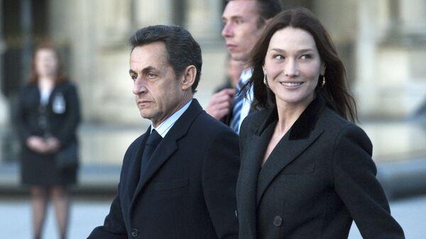 Президент Франции Николя Саркози с супругой Карлой Бруни-Саркози у Лувра на улице Парижа. 2 марта 2010