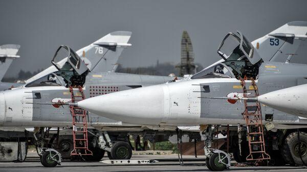 Российские фронтовые бомбардировщики Су-24 на авиабазе Хмеймим в сирийской провинции Латакия