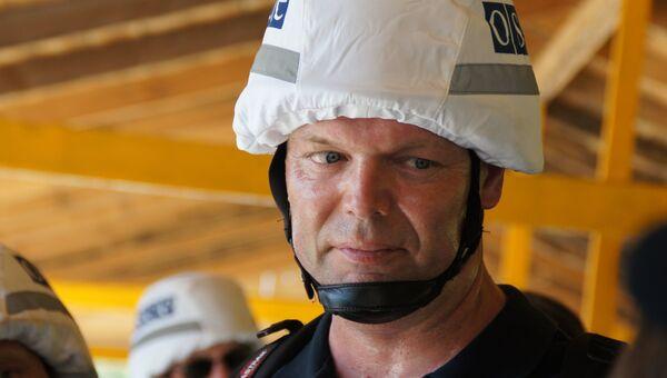 Первый заместитель главы СММ ОБСЕ на Украине Александр Хуг на КПП Станица Луганская. Архивное фото