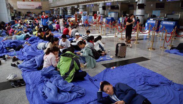 Люди в аэропорту Цзючжайгоу после землетрясения