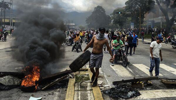 Антиправительственные активисты строят баррикаду в городе Венесуэлы, Валенсия. Архивное фото