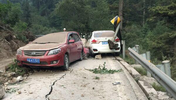 Поврежденные автомобили после землетрясения в округе Цзючжайгоу провинции Сычуань в Китае. 9 августа 2017