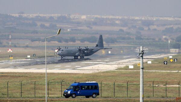 Военно-транспортный самолет ВВС США С-130 Hercules на авиабазе Инджирлик в Турции. Архивное фото