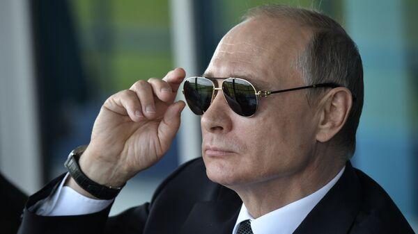 Президент РФ Владимир Путин наблюдает за демонстрационными полетами пилотажных групп во время посещения XIII Международного авиационно-космического салона МАКС-2017