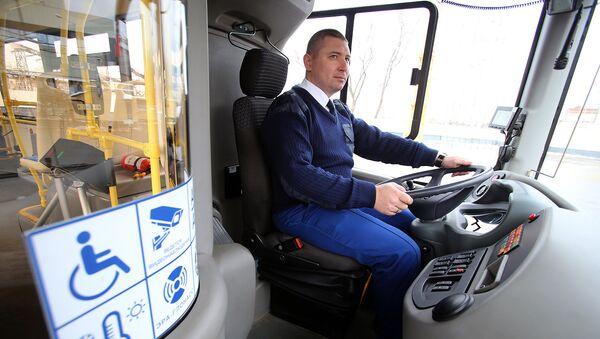 Водитель в кабине автобуса. Архивное фото