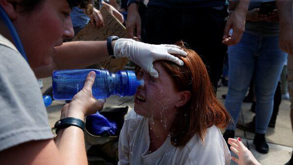 Женщина, пострадавшая во время столкновений ультраправых и их противников в Шарлоттсвилле, штат Вирджиния