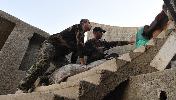 Солдаты сирийской армии на линия разграничения в пригороде Дамаска Восточная Гута