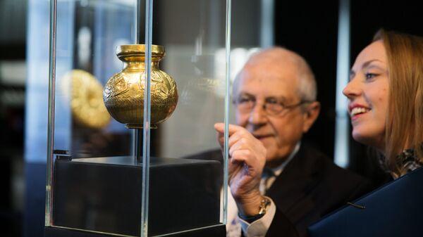Cосуд с изображениями скифов из кургана Куль-Оба (4 в. до н.э.) на выставке трех золотых скифских предметов работы древнегреческих мастеров из коллекции Государственного Эрмитажа