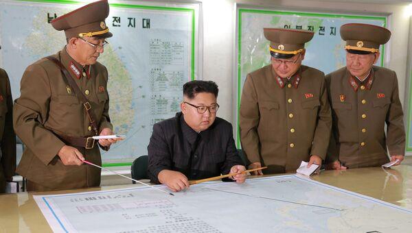 Лидер Северной Кореи Ким Чен Ын во время встречи с военными на одном из командных пунктов армии КНДР