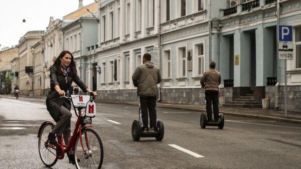 Люди на Рождественском бульваре в Москве