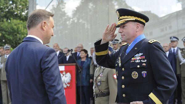 Президент Анджей Дуда награждает генерал-лейтенанта Бена Ходжеса, командующего армией США в Европе во время празднования дня Войска польского. 15 августа 2017