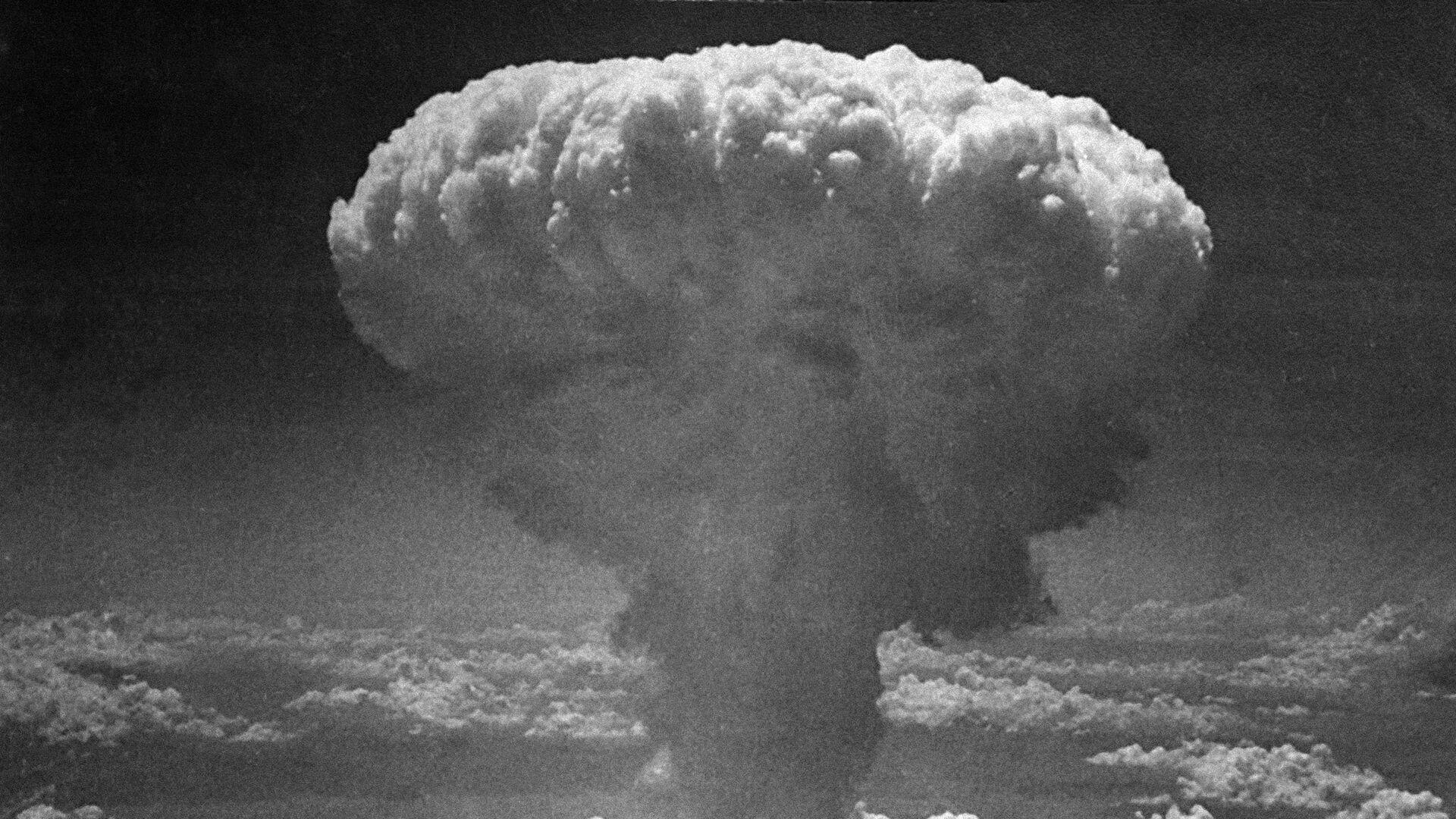 Облако от атомного взрыва над Нагасаки, Япония. 9 августа 1945 - РИА Новости, 1920, 26.09.2020