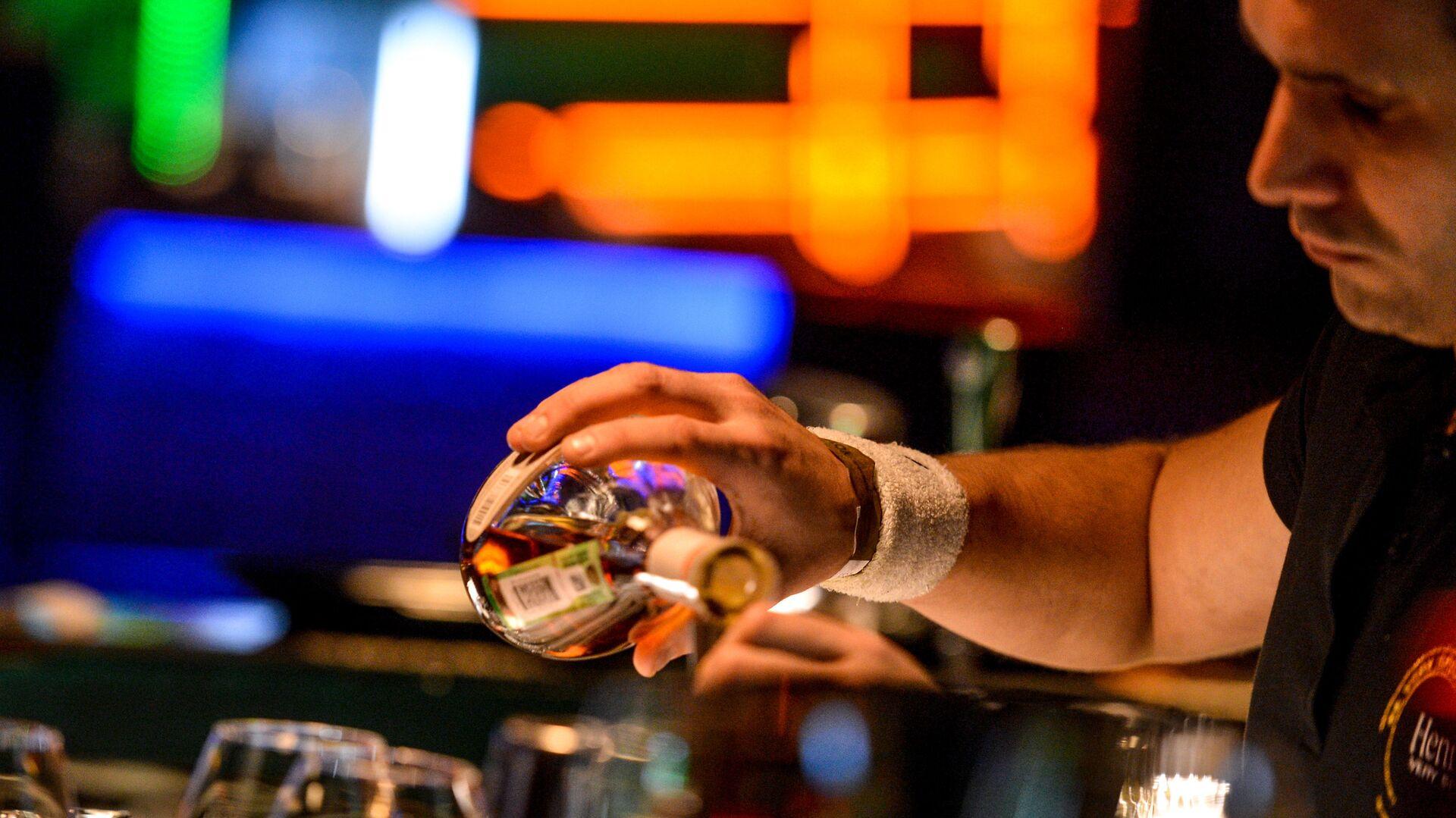 Бармен разливает напитки за барной стойкой в  клубе  - РИА Новости, 1920, 26.10.2020
