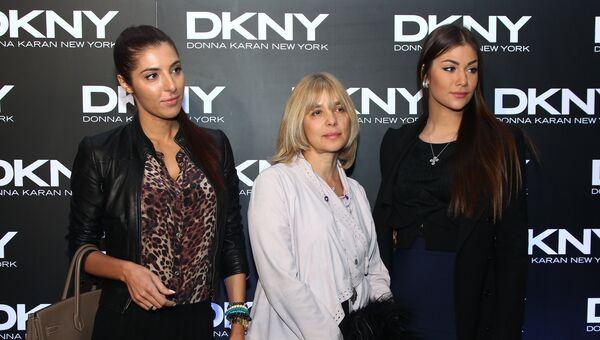 Актриса Вера Глаголева (в центре) с дочерьми Марией (слева) и Анастасией (справа) на вечеринке в стиле DKNY в Шоколадном цехе Красного Октября