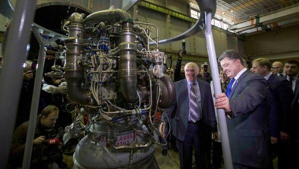 Президент Украины Петр Порошенко во время визита на завод Южмаш. 21 октября 2014