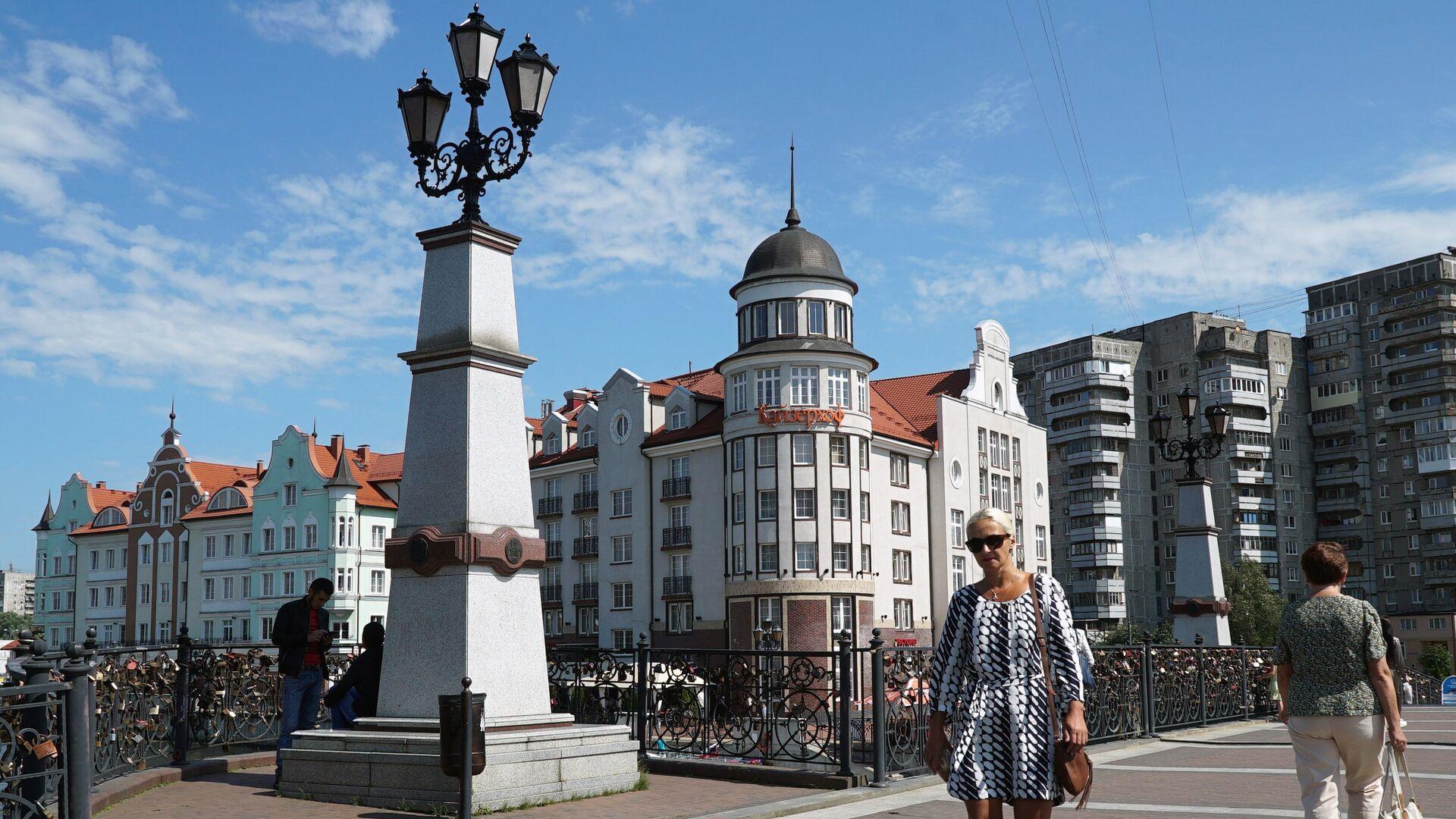 Прохожие на мосту в городском квартале Рыбная деревня в Калининграде - РИА Новости, 1920, 01.07.2021