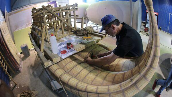 Сотрудник в цехе по производству арт-объектов для празднования Дня города в Московской области